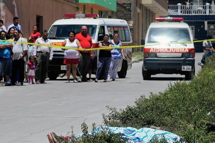 Curiosos observan el lugar donde murió baleado Brandon Giovanni García, en Jalapa. (Foto Prensa Libre: Hugo Oliva)