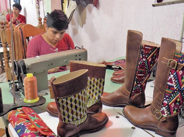 El artesano Miguel Sajvin elabora botas para dama con distintos diseños. (Foto Prensa Libre: Ángel Julajuj)