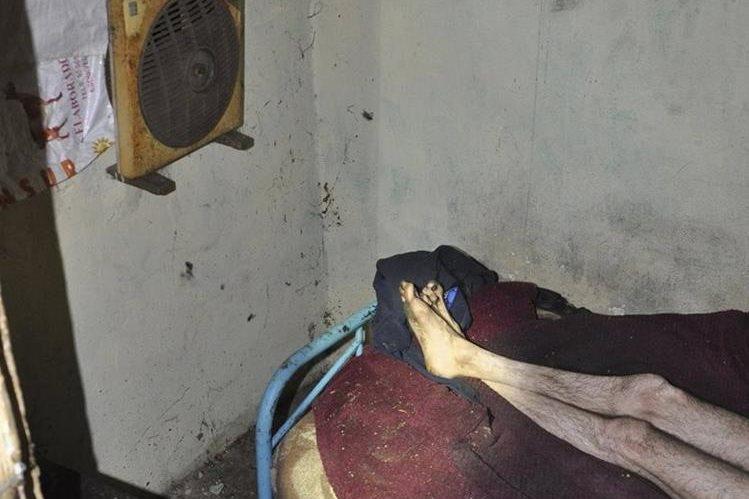 Fotografía cedida por la Policía que muestra las condiciones infrahumanas en que vivía el hombre liberado. (Foto Presna Libre: EFE).