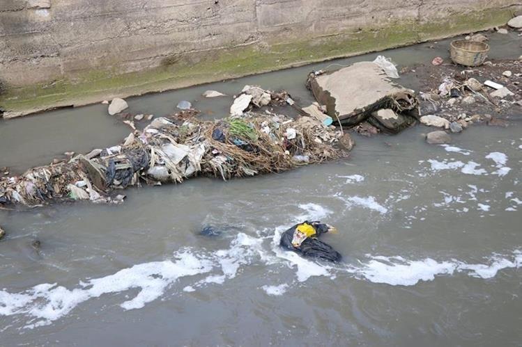 El río Seco, que atraviesa varias zonas de Xela, recibe gran cantidad de aguas residuales, en especial de tenerías.(Foto Prensa Libre: María Longo)