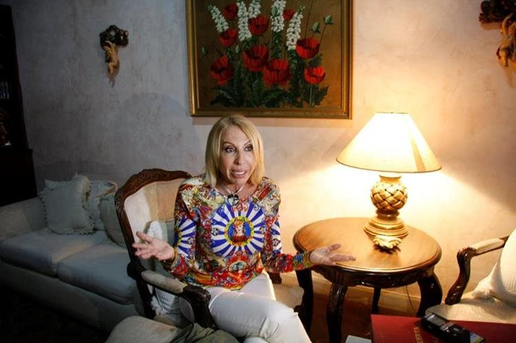 Laura Bozzo, durante la conferencia de prensa que ofreció en una casa en la ciudad colonial. (Foto Prensa Libre: Renato Melgar).