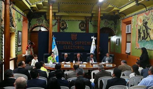 Reunión mensual de los magistrados del TSE con los representantes de los partidos políticos. (Foto Prensa Libre: Manuel Hernández)