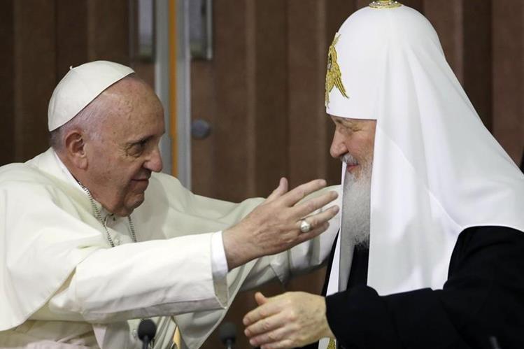El papa Francisco (izquierda), saluda al patriarco ruso, Kirill (derecha), durante el encuentro que sostuvieron en La Habana. (Foto Prensa Libre: AFP).