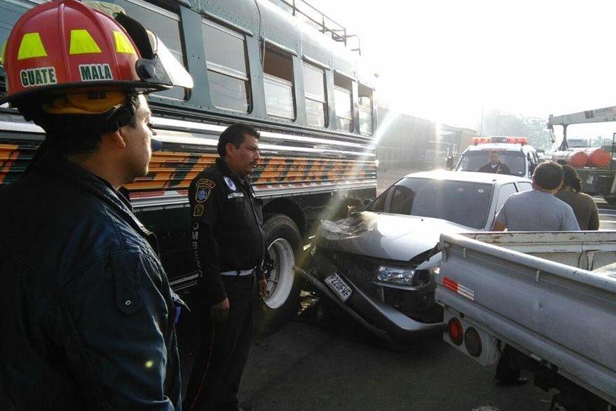 Vehículo chocó contra un autobús en Sumpango. (Foto Prensa Libre: César Pérez)