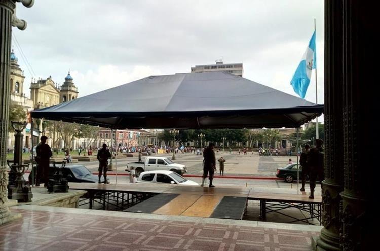 Frente al Palacio Nacional se afinan los detalles para las actividades de este viernes y sábado por la Independencia. (Foto Prensa Libre: Óscar Rivas)