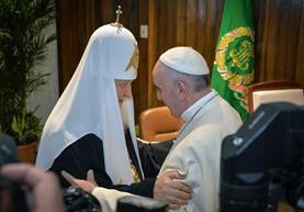 El papa Francisco y el patriarca de la Iglesia ortodoxa rusa Kirill se saludan por primera vez en Cuba. (Foto Prensa Libre: AP).