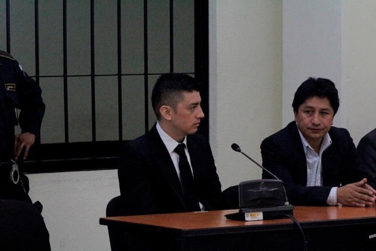 José Roberto Monterroso, sindicado, -izq- junto a su abogado Benito Ajucum, en Quetzaltenango. (Foto Prensa Libre: María José Longo)