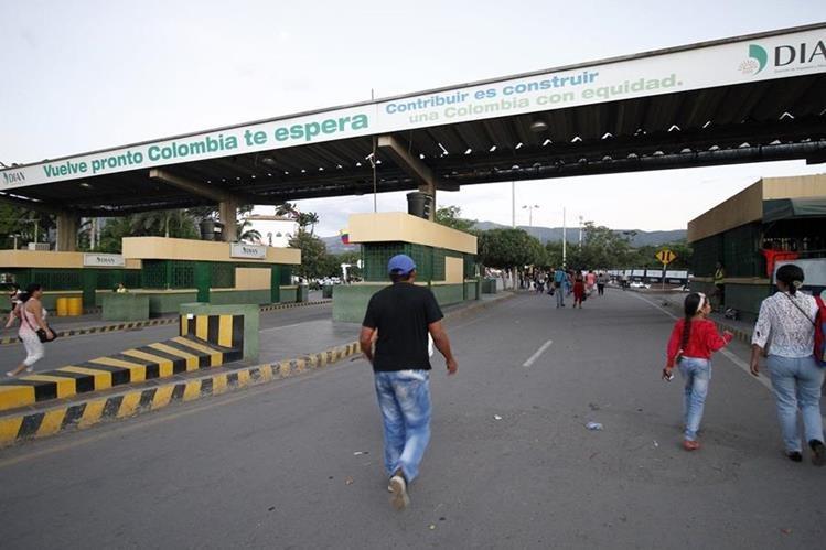 Transeúntes cruzan el puente de Simón Bolívar en el departamento de Norte de Santander, Colombia, en la frontera con Venezuela. (Foto Prensa Libre: AFP).