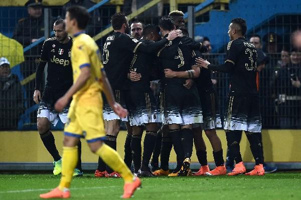 Los futbolistas de la Juventus celebraron el triunfo de su equipo, que esperan alcanzar la cima el próximo fin de semana. (Foto Prensa Libre: AFP)