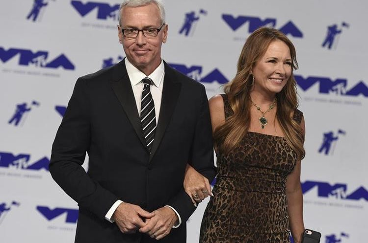 El médico y celebridad Drew Pinsky junto a su esposa Susan Pinsky en su llegada a los premios. (Foto Prensa Libre: Jordan Strauss/Invision/AP).