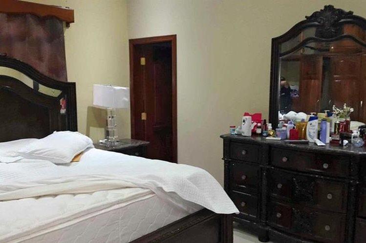 Interior de una residencia de lujo que pertenece a pandilleros allanada en febrero de este año. (Foto Prensa Libre: AFP).