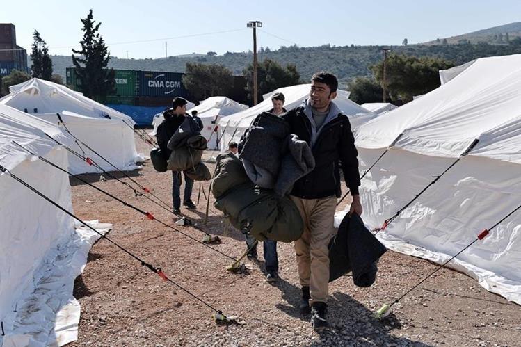 Merkel es blanco de las críticas por su decisión de abrir las fronteras a los refugiados del Cercano Oriente y África.(Foto Prensa Libre: AFP).