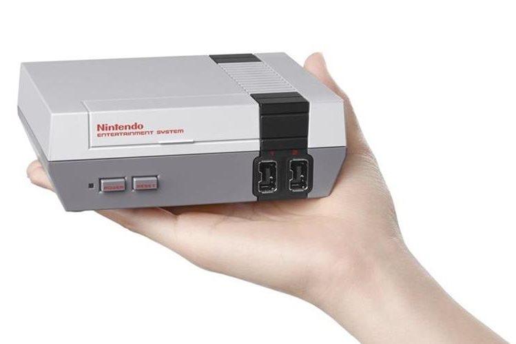 La NES Classic Edition será más pequeña que la consola original de 8 bits, y llegará con 30 juegos. (Foto Prensa Libre: Gizmodo).