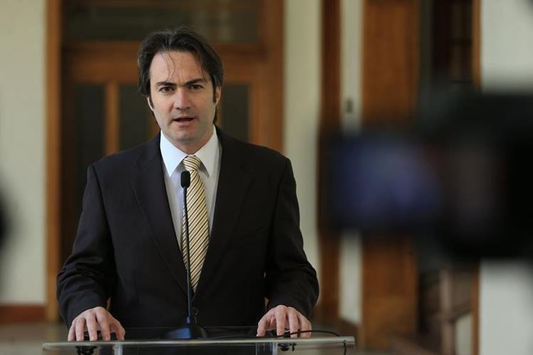 Acisclo Valladares Urruela explica el desglose de los fondos que entregará EE. UU. (Foto Prensa Libre: Cortesía SCSPR)