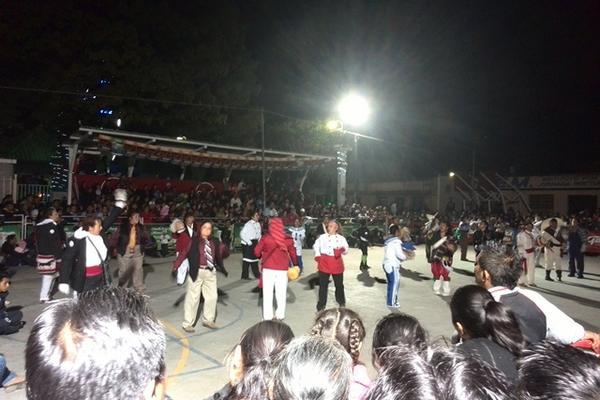 <p>La presentación del baile de disfraces Mis Años Dorados Los Abuelitos concluyó en el parque central. (Foto Prensa Libre: César Pérez)</p>
