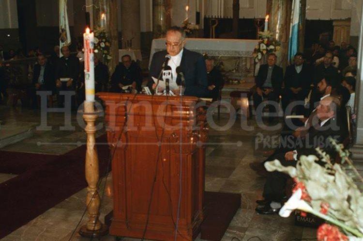 Monseñor Juan Gerardi entregó el informe del Remhi, el 24 de abril de 1998 en Catedral. (Foto Prensa Libre: Hemeroteca)
