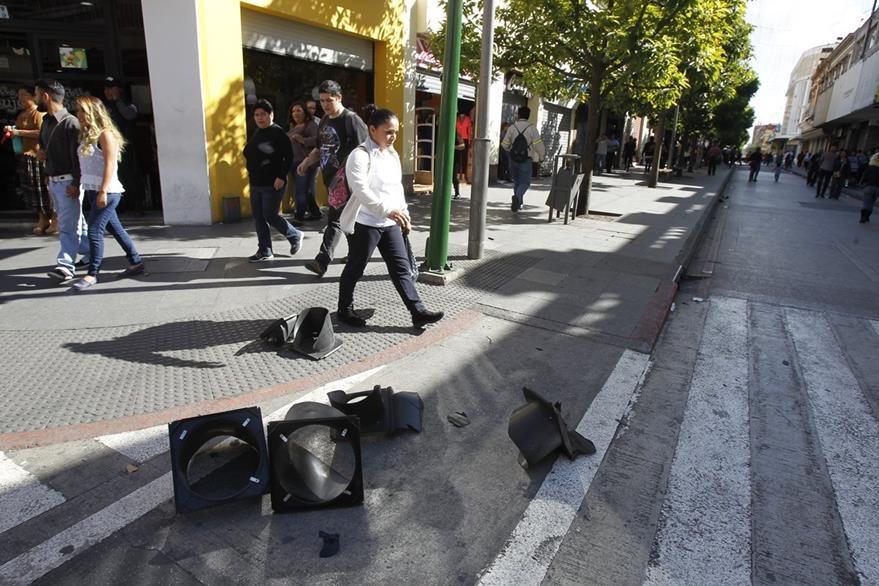 Los inconformes destruyeron varios semáforos en el Paseo de la Sexta. (Foto Prensa LIBRE: Paulo Raquec)