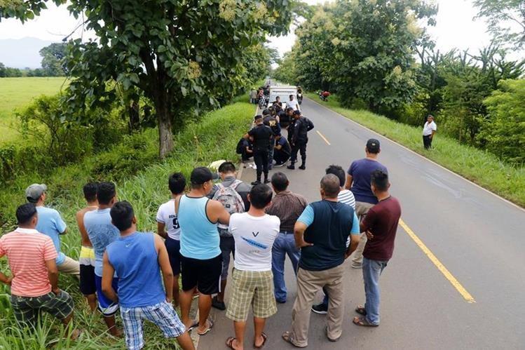 El piloto del automóvil que atropelló al motorista se fugó.(Foto Prensa Libre: Rolando Miranda)