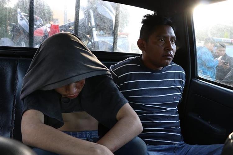 Los capturados son trasladados a la comisaría de la PNC en Quetzaltenango. (Foto Prensa Libre: María Longo)