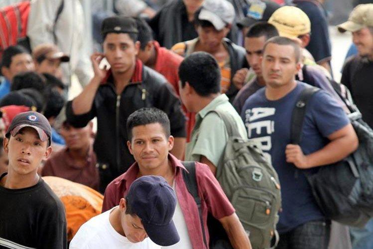Sesenta y ocho hombres y 16 mujeres eran transportados en un camión. (Foto Prensa Libre: EFE)