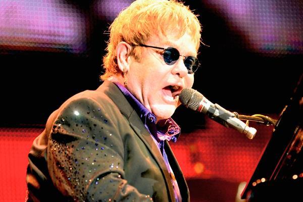 Elton John está enemistado con su madre, debido a comentarios que ella hizo de su pareja David Furnish. (Foto Prensa Libre)