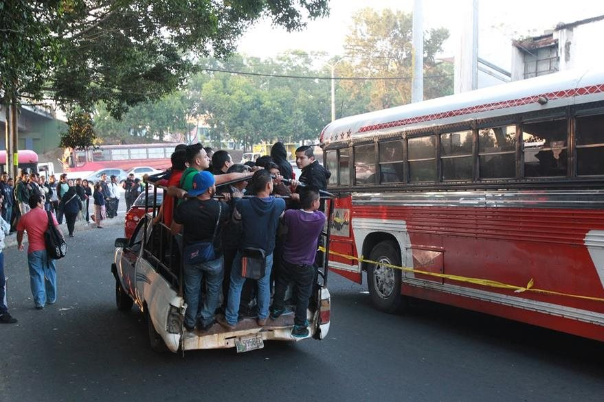 Vecinos de La Bethania, Amparo 1 y 2 y Granizo, utilizan picop para movilizarse, luego del paro de buses por la inseguridad. (Foto Prensa Libre: Estuardo paredes)