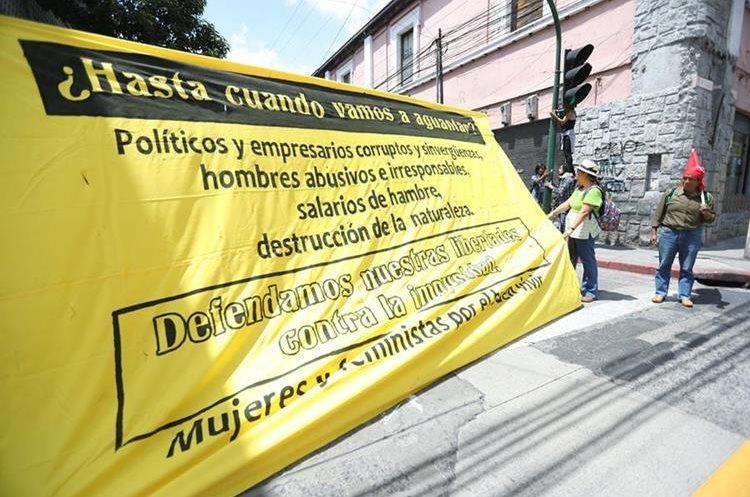 Sobre la 8va. Avenida protestaron colectivos de mujeres en contra de la corrupción.