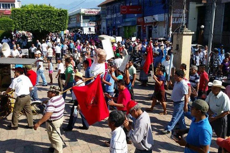 Vecinos se manifiestan contra las autoridades ediles de Coatepeque. (Foto Prensa Libre: Alexánder Coyoy).