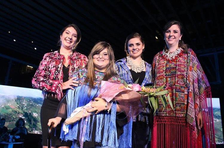 La diseñadora de modas Isabella Springmuhl diseñó 28 piezas que luego confeccionaron las estudiantes de Quetzaltenango del Programa Mujeres por Mujeres. (Foto, Prensa Libre: Cortesía Pepsico).