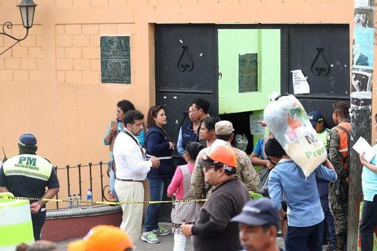 En la escuela Mario Méndez Montenegro, en Alotenango, se evita el ingreso de alimentos y tampoco hay acceso a la prensa. (Foto, Prensa Libre: Carlos Vicente).