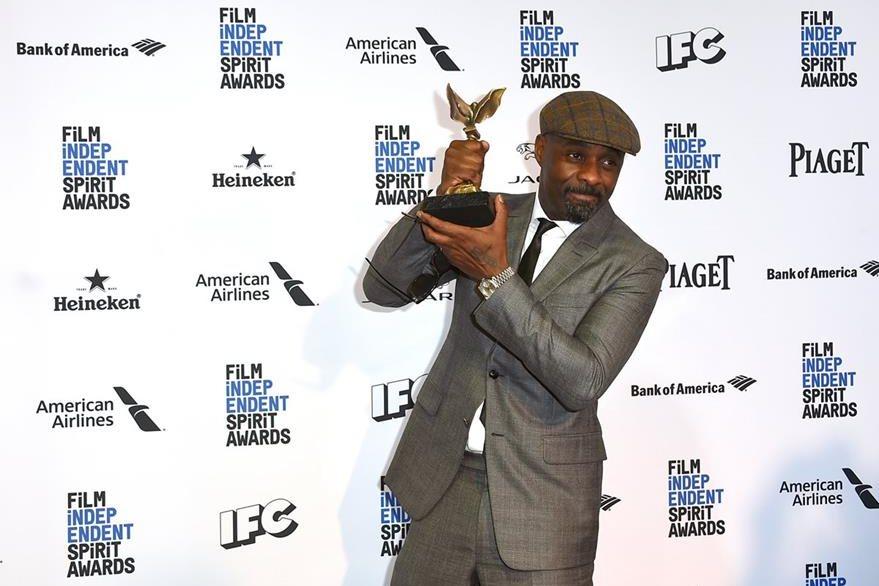 """Idris Elba  muestra su galardón por su actuación en """"""""Beasts of No Nation""""""""."""
