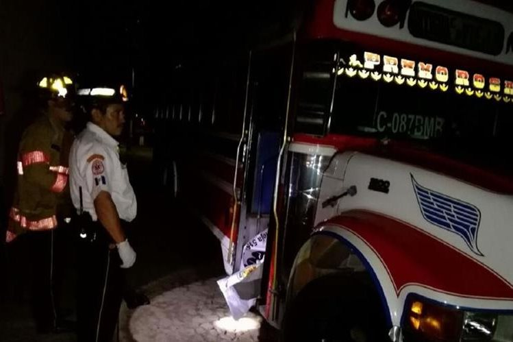 Bomberos Voluntarios acuden al lugar del ataque contra un piloto y su ayudante, en San Bartolomé Becerra, Antigua Guatemala, Sacatepéquez. (Foto Prensa Libre: Renato Melgar)