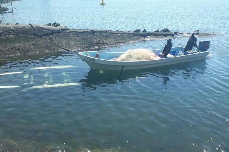 La embarcación que transportaba droga fue localizada en Puerto San José, Escuintla. (Foto Prensa Libre: Cortesía Ejército)