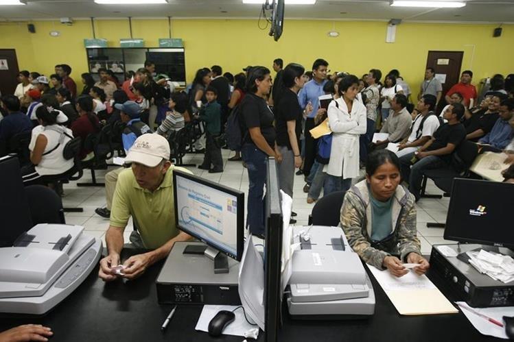 Denuncian a funcionarios de Renap por haber ampliado el contrato con Easy Marketing. (Foto Prensa Libre: Hemeroteca PL)