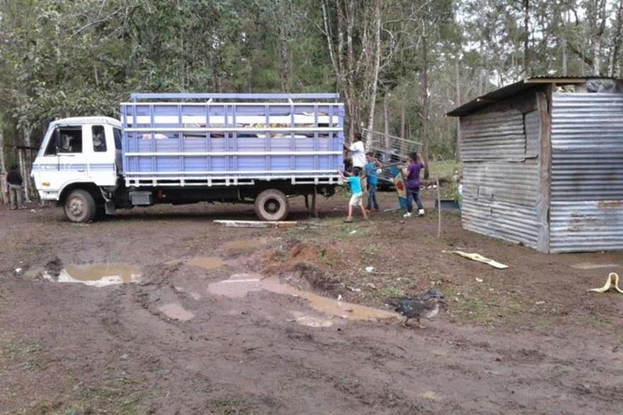 Camión traslada algunas de las pertenencias de los invasores, en Poptún. (Foto Prensa Libre: Hemeroteca PL).
