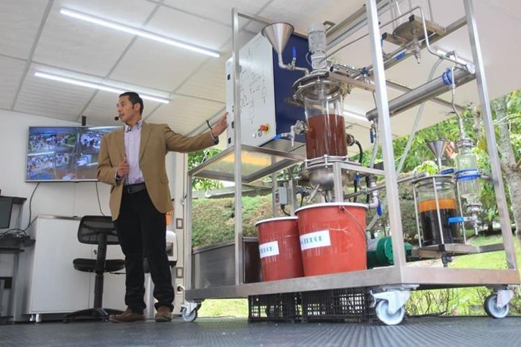 Diego Figueroa, ingeniero químico, explica el funcionamiento del laboratorio móvil. (Foto Prensa Libre: Esbin García)