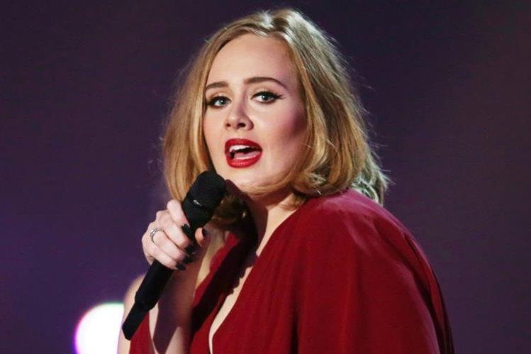 Adele dice que rechazó oferta de cantar en el medio tiempo del Super Bowl 2017. (Foto Prensa Libre: AP)