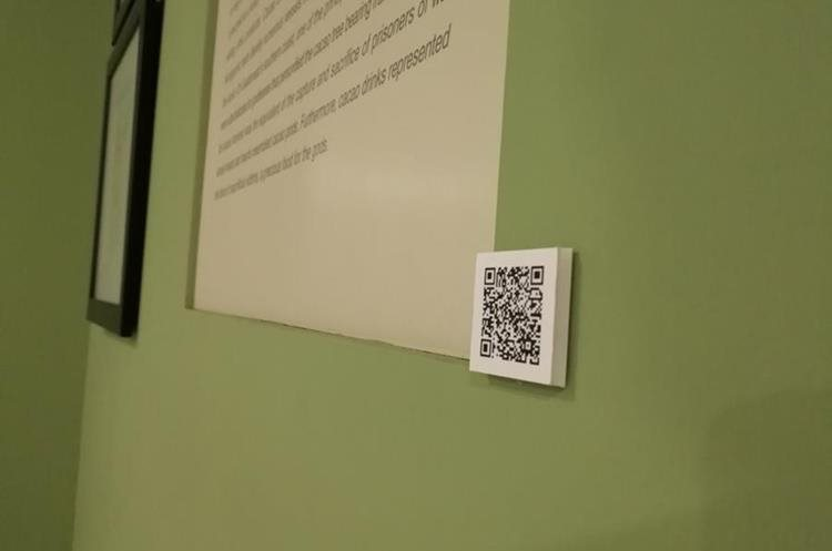 Distribuidas por las diferentes salas hay varios códigos QR para que los visitantes aprecien en 3D algunas de las piezas. (Foto Prensa Libre: José Luis Escobar).