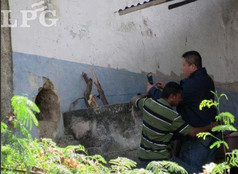 Este es el boquete que abrieron los pandilleros. (Foto: La Prensa Gráfica)