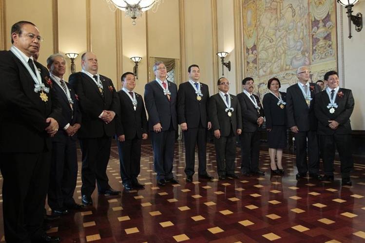 Las autoridades de Gobierno impusieron la orden Nacional Francisco Marroquín a ocho maestros, para reconocer su labor en el marco del 25 de junio. (Foto, Prensa Libre: Carlos Hernández)