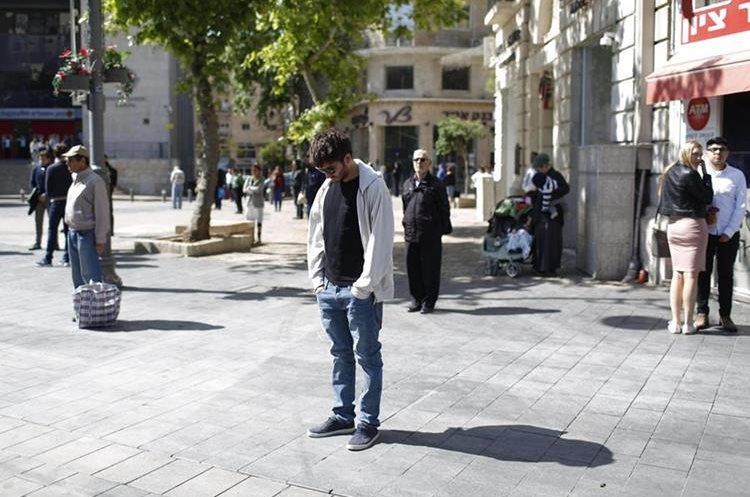 Israelíes guardan dos minutos de silencio mientras una sirena resuena por las calles de Jerusalén. (Foto Prensa Libre: EFE)