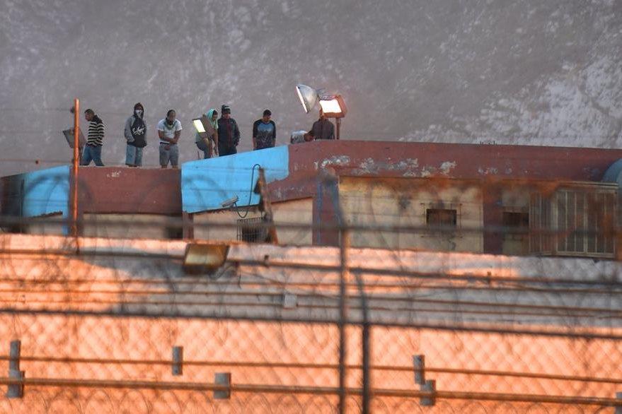 Fotografía donde se ven internos del penal de Topo Chico hoy el jueves, horas después del grave motín.(Foto Prensa Libre: EFE).