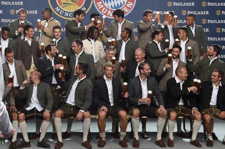 Los jugadores del Bayern posaron para las cámaras con cerveza en mano. (Foto Prensa Libre: AP)