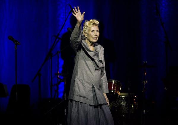 Joni Mitchell durante una actuación en el 2013. (Foto Prensa Libre: AP)
