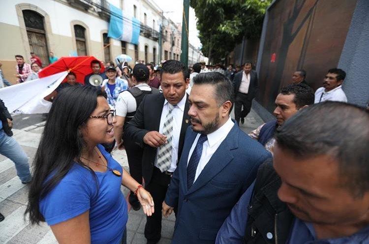 Una mujer se interpuso al paso del diputado Javier Hernández y le increpó.