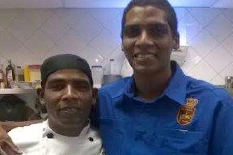 Roberto Bernal (i), acompañado de su hijo mayor en un restaurante en Venezuela. (AP).