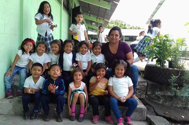 """La profesora de prekinder de la Escuela Rural de San Miguel Los Lotes Nely Mayén lanzó durante la semana un llamado en Facebook para que le ayudarán a encontrar a """"sus pollitos"""", su grado contaba con 13 alumnos. (Foto, Prensa Libre: Facebook Nely Mayén)."""