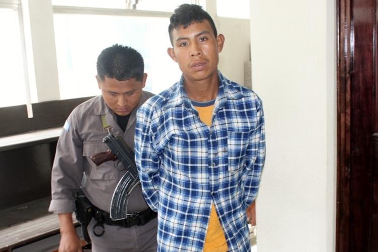 Sindicado de violación y de maltrato contra menores es trasladado a tribunal en Santa Cruz del Quiché, Quiché. (Foto Prensa Libre: Óscar Figueroa)