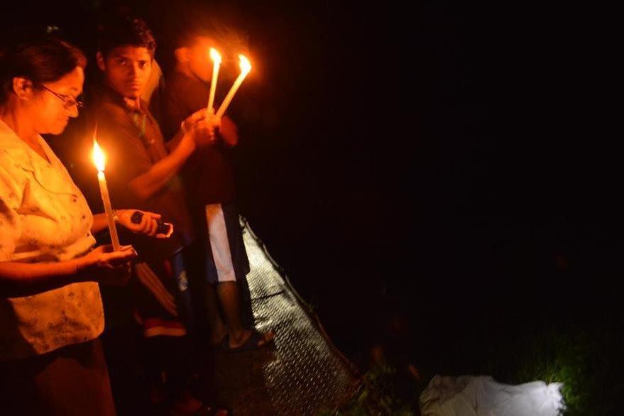 Vecinos de Cuilapa, Santa Rosa, encienden candelas y veladoras por la muerte de un hombre. (Foto Prensa Libre: Oswaldo Cardona)