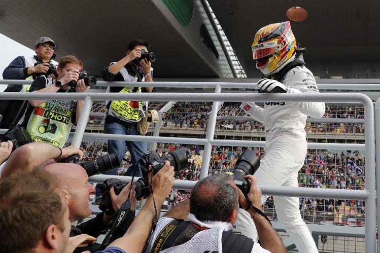 Lewis Hamilton disfrutó la pole position en China con un nuevo récord. (Foto Prensa Libre: AP)